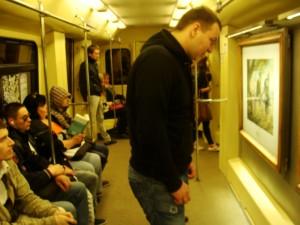 Sim, eles tem quadros dentro dos trens