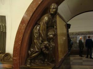 Estação de trem com varias esculturas