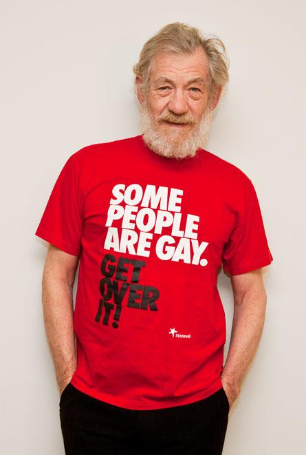 """A versão verdadeira da camiseta do Sir Ian McKellen, onde foi manipulada e escrita """"Eu sou o Gandalf e o Magneto, supere"""" na verdade está escrita """"Algumas pessoas são gays, supere"""", e faz parte de uma campanha da Stonewall."""