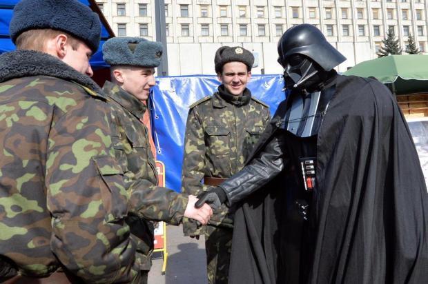 Darth fala com soldados russos nas ruas de Kiev