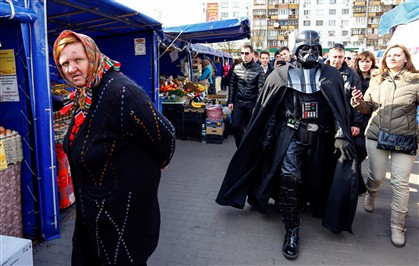 Darth passeia no mercado - Kiev