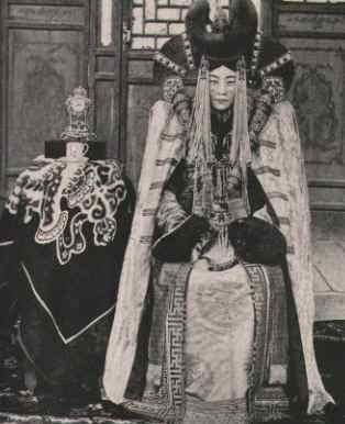 Na imagem acima vemos uma princesa mongol do século XIX.