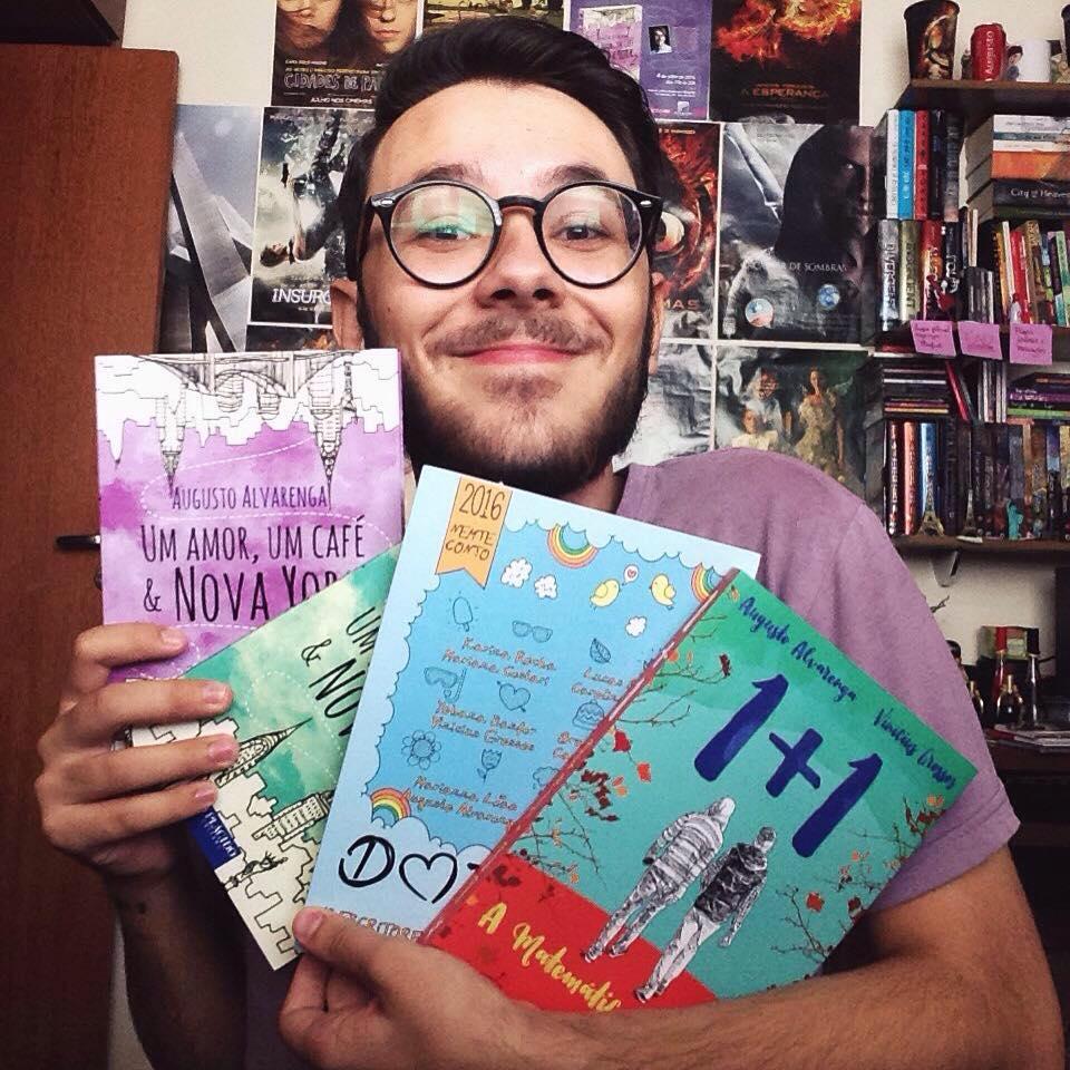 O autor Belo-Horizontino, Augusto Alvarenga, com seus livros.