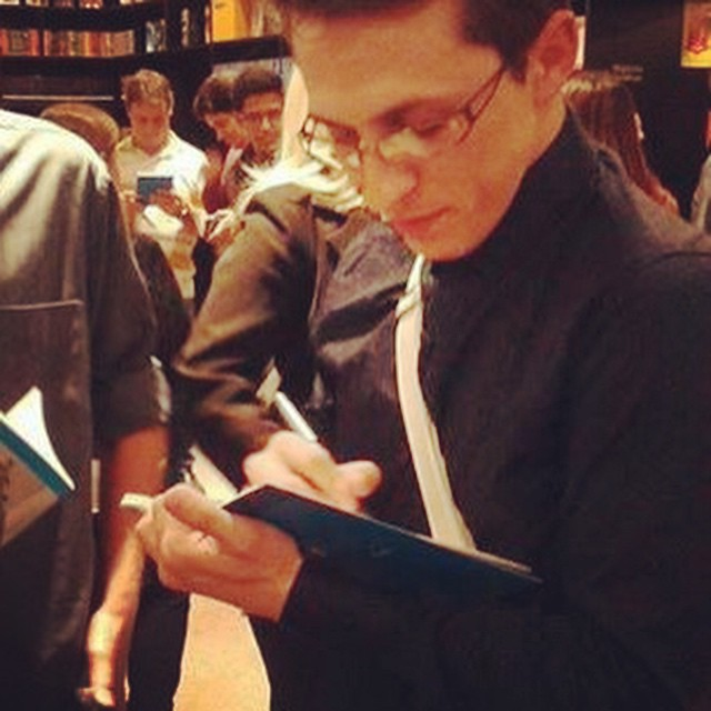 O autor D. S. Binkowsky em uma sessão de autógrafos de seu livro.