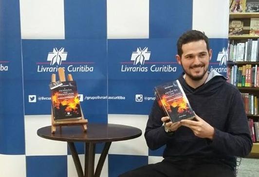 Johnny Archer Gamba no lançamento do seu livro na Livrarias Curitiba, no Paraná.