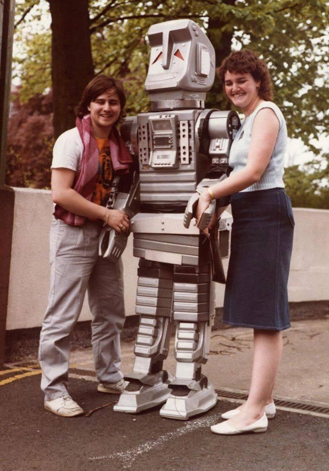 Kevin e sua esposa na Lazlar Lyricon em 1985